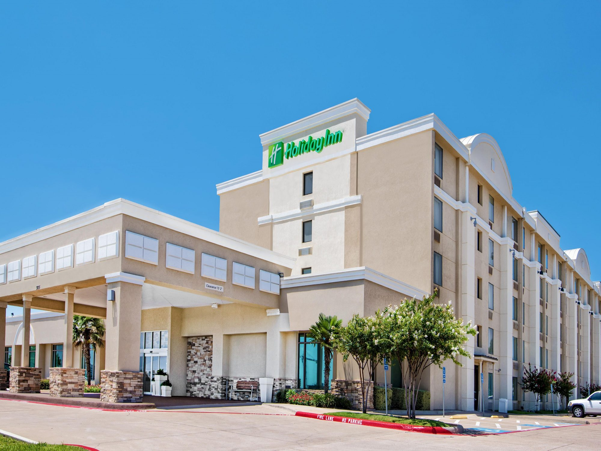 holiday-inn-suites-dfw-bedford-south-ext-day